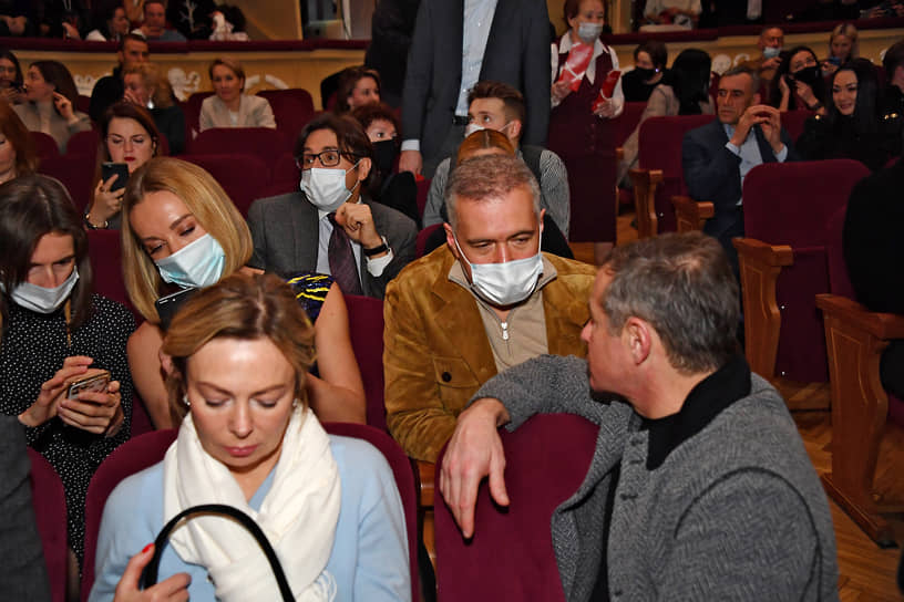 Председатель совета директоров группы компаний ЕСН Григорий Березкин (справа) на премьере спектакля «Бэтмен против Брежнева»