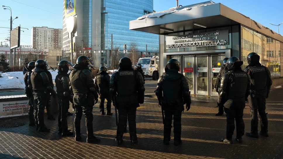 Сотрудники полиции в оцеплении у станции метро «Преображенская площадь»