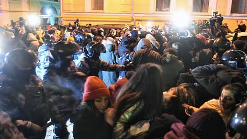 Суд над Алексеем Навальным  / Онлайн-трансляция: Навальному назначили 2 года 8 месяцев колонии, его соратники вышли на протесты в Москве и Санкт-Петербурге