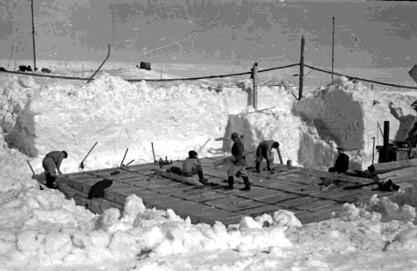5 января 1956 года судно подошло к берегам Антарктиды со стороны Индийского океана и вошло в проход между айсбергами — в бухту Фарр моря Дэйвиса. Место, куда выгрузились полярники, впоследствии было названо берегом Правды