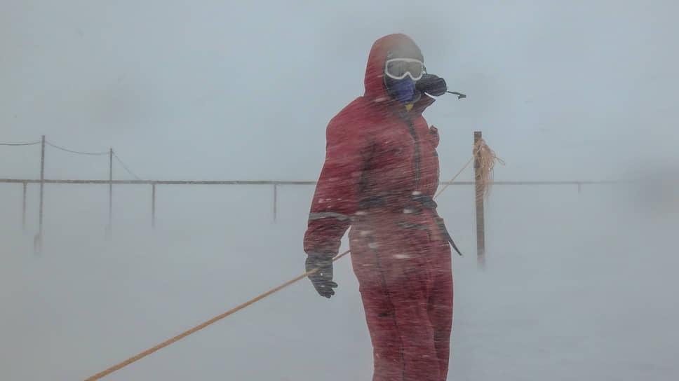 Член 62-ой российской антарктической экспедиции во время снежного бурана