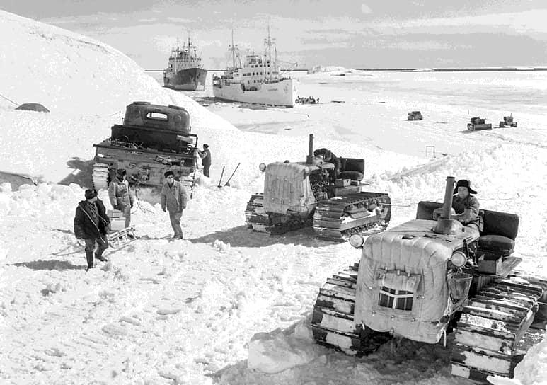 На первую зимовку на станции остались 86 человек во главе с начальником станции Михаилом Сомовым. Жить и работать им пришлось в условиях низких температур и сильных ветров