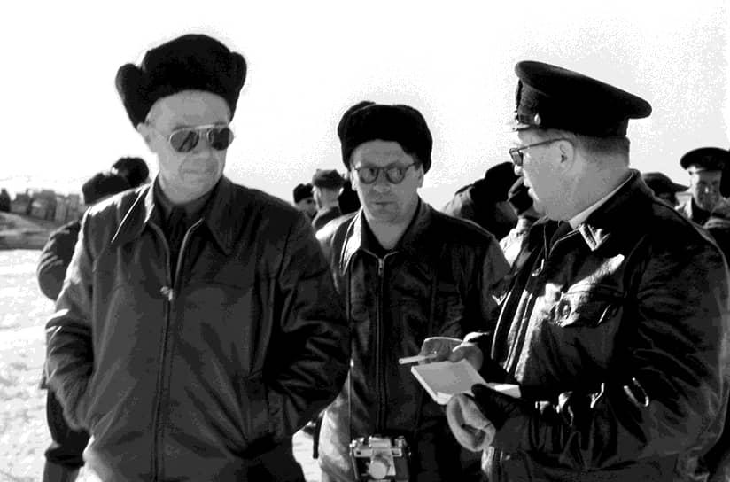 Наземными отрядами и с воздуха начались поиски подходящего места для организации базы. Начальником экспедиции был назначен полярник, герой Советского Союза Михаил Сомов (на фото слева)
