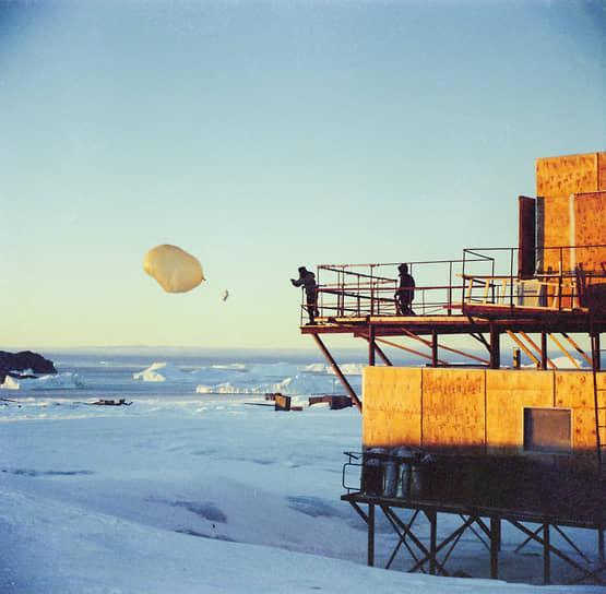 Запуск шара-зонда в высокие слои атмосферы с обсерватории станции «Мирный»