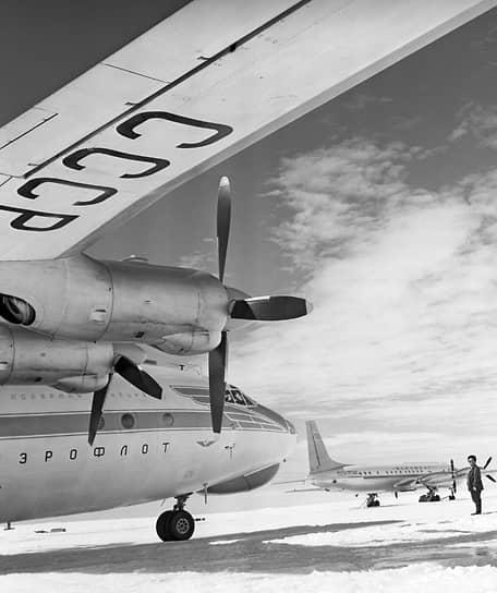 Сооружения станции, в том числе геофизическая обсерватория и аэродром, были возведены на материковом льду и выходах скальных пород — на высоте 35 м над уровнем моря. В 1956 году в распоряжении авиационного отряда имелось четыре самолета (Ил-12, два Ли-2, Ан-2), а также два вертолета Ми-4
