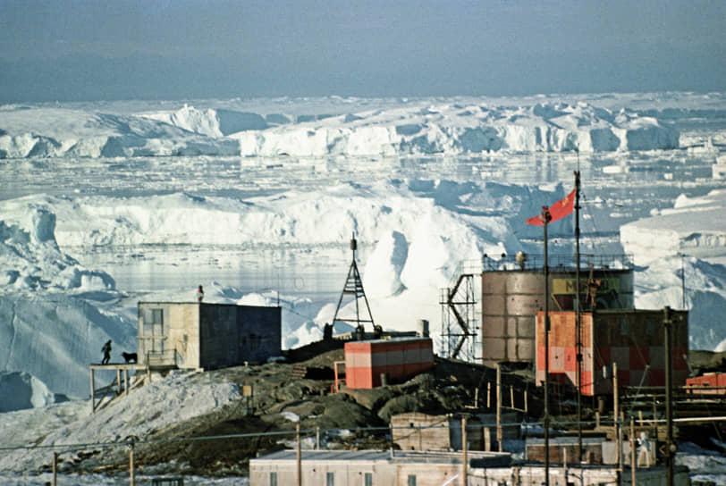 В 1964 году на станции насчитывалось 42 постройки разного типа, причем большая их часть находилась под снегом. До 1971 года станция была главной базой советских антарктических экспедиций