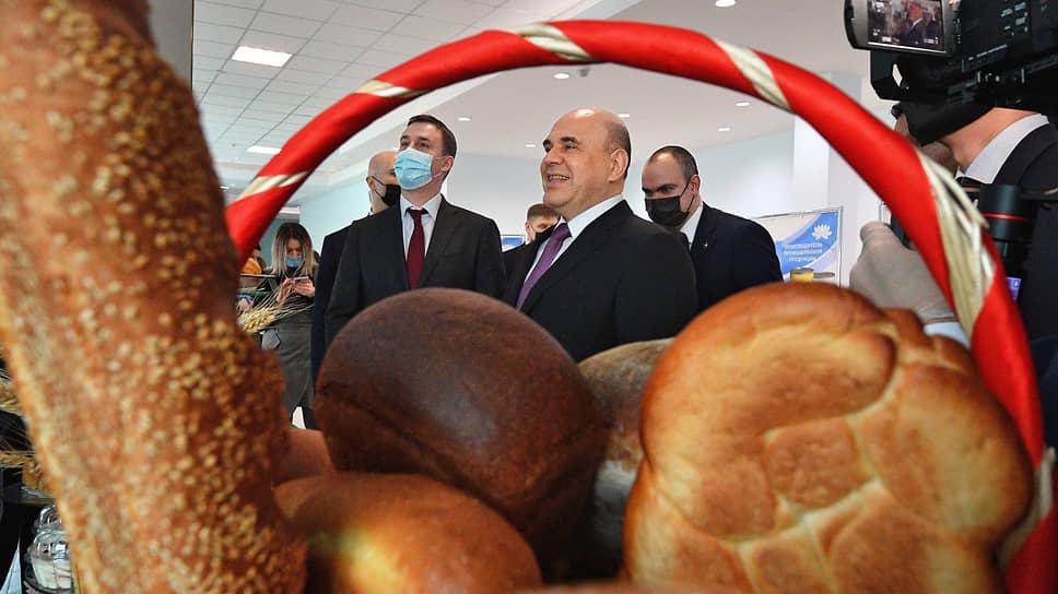 Рабочая поездка председателя правительства России Михаила Мишустина (в центре) в Южный федеральный округ