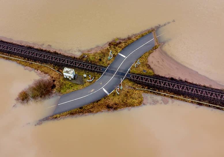 Ниддерау, Германия. Затопленная дорога, пересекающаяся с железнодорожными путями