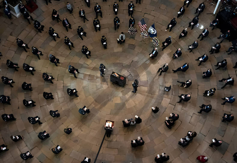 Вашингтон, США. Сенатор от штата Нью-Йорк Чак Шумер выступает на церемонии прощания с полицейским Брайаном Сикником, погибшим после штурма Капитолия