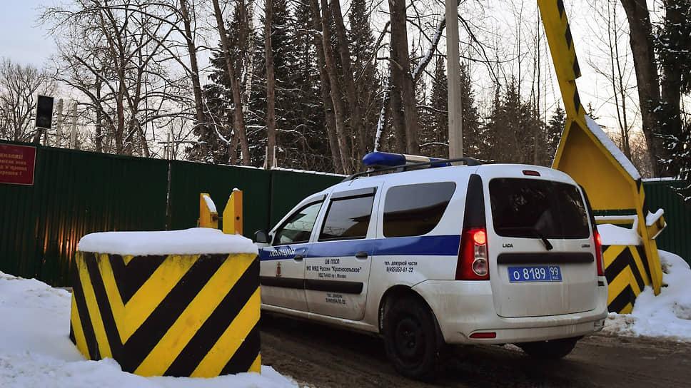Автомобиль полиции у ворот спецприемника