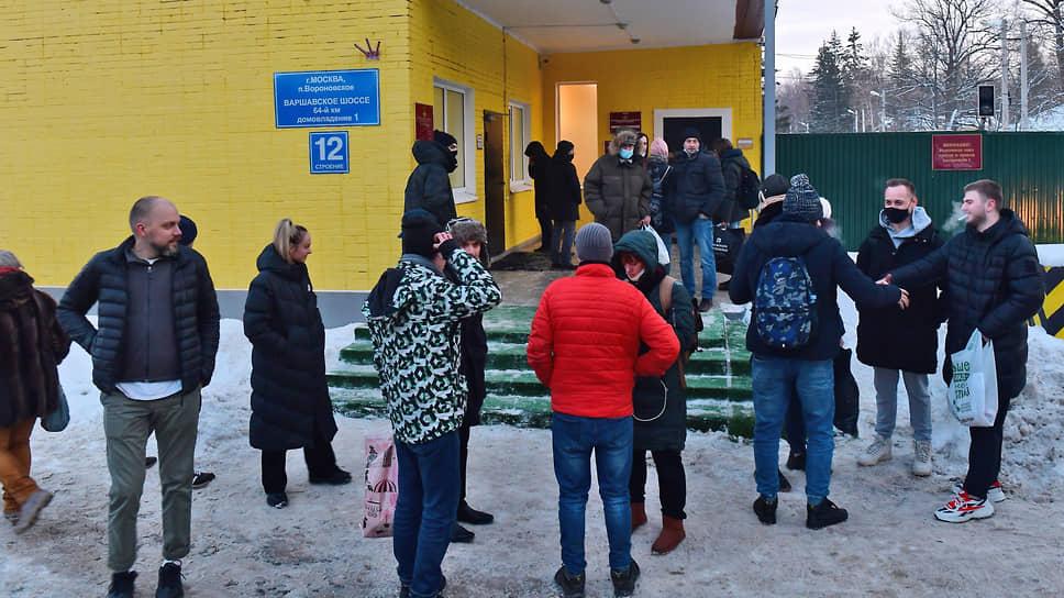 Родственники задержанных у здания спецприемника