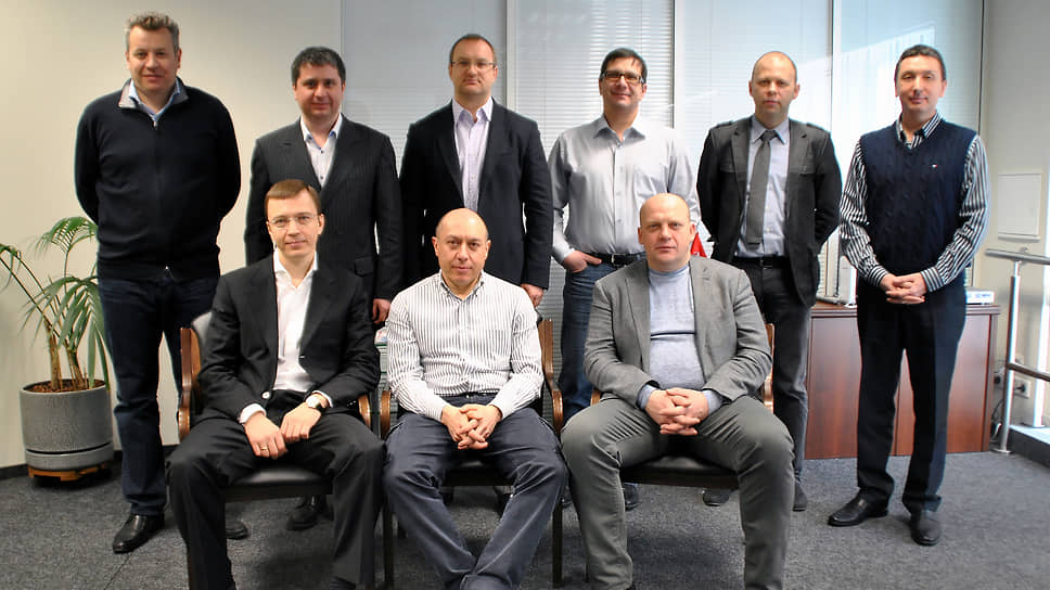 Слева направо в первом ряду: Олег Карчев, Владислав Мангутов, Алексей Абрамов; бывший гендиректор компании Merlion Вячеслав Симоненко (второй слева во втором ряду)