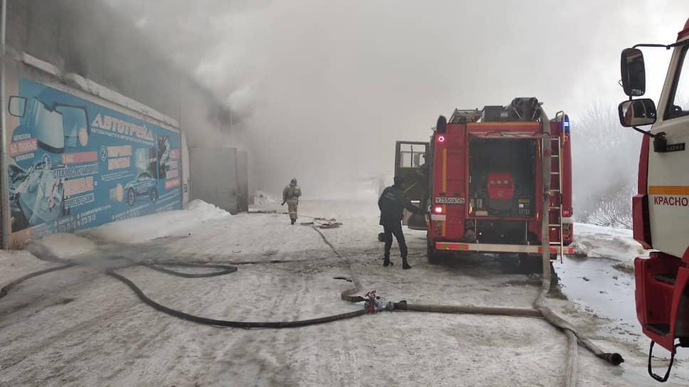 Пожарные тушат пожар на складе автозапчастей в Красноярске