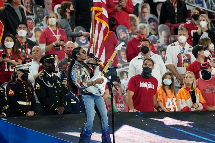 Американская хип-хоп-певица H.E.R. во время выступления перед началом матча