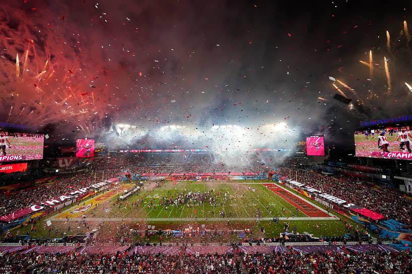 Фейерверк в небе над стадионом после завершения матча