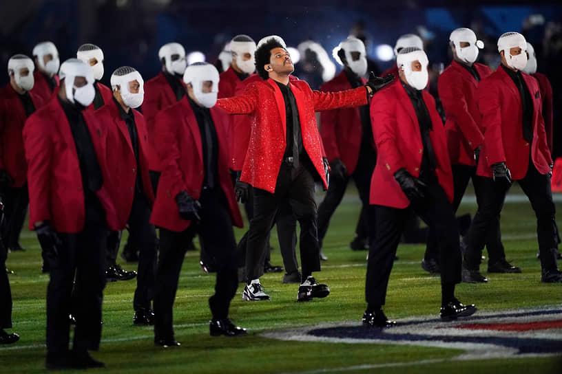 Выступление канадского певца The Weekеnd с группой танцоров