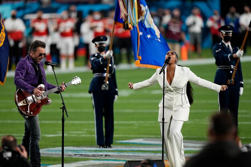 Перед стартом матча певица Джазмин Салливан и звезда кантри-музыки Эрик Черч исполнили национальный гимн США
