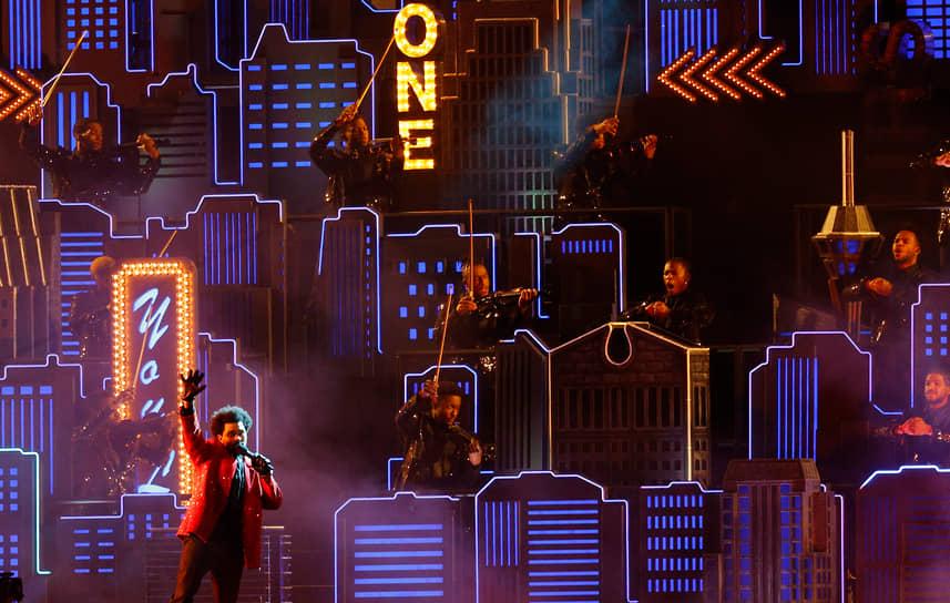 Во время традиционного шоу в перерывах матча на сцене появился канадский певец The Weekеnd (на фото). Исполнитель дополнительно вложил собственные $7 млн в выступление, чтобы «сделать шоу в перерыве таким, каким он его задумал»