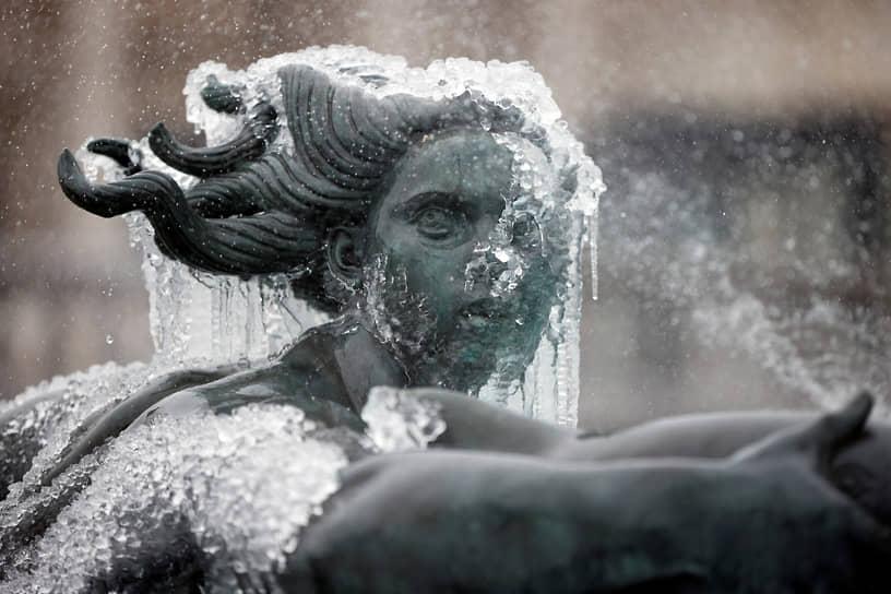 Лондон, Великобритания. Статуя, покрытая льдом, на Трафальгарской площади