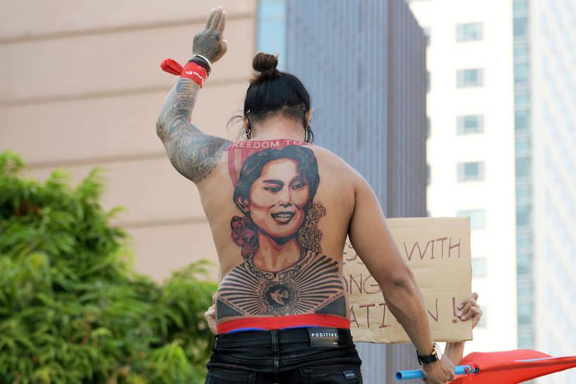 Янгон, Мьянма. Участник акции протеста против военного переворота