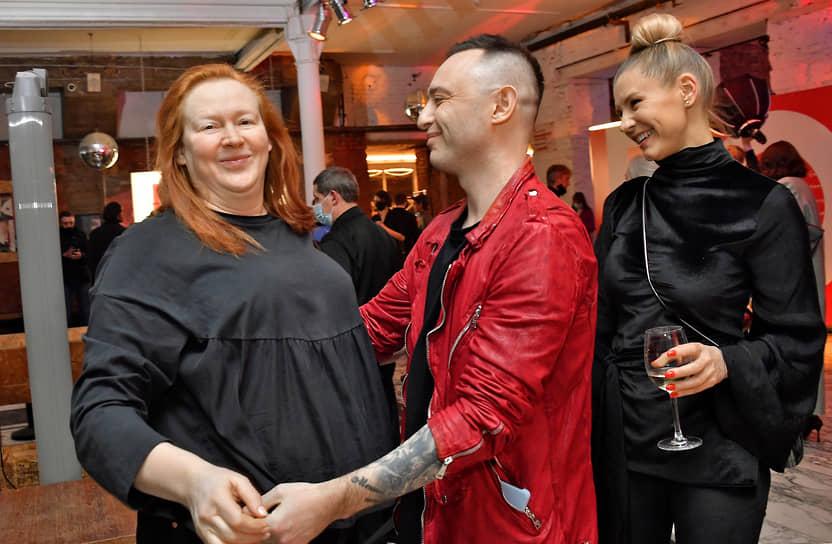 Слева направо: актриса Юлия Ауг, музыкант Роман Билык (Рома Зверь) с супругой Мариной Королевой во время праздничного вечера в честь 8-летия «Гоголь-центра»