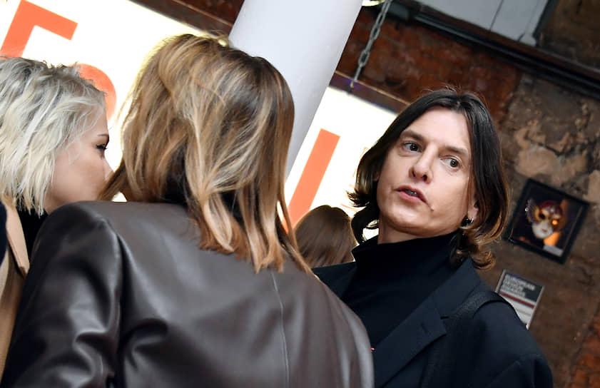 Стилист Влад Лисовец (справа) во время праздничного вечера в честь 8-летия «Гоголь-центра»