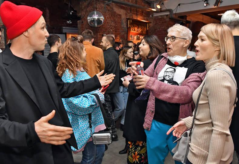 Слева направо: актер Игорь Верник, куратор программы «Гоголь-кино», кинообозреватель Стас Тыркин и актриса Виктория Толстоганова во время праздничного вечера в честь 8-летия «Гоголь-центра»