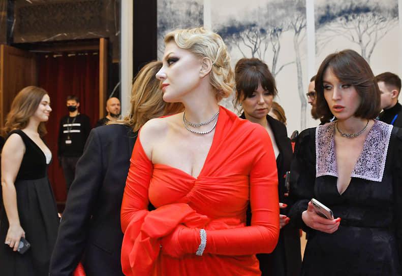 Актриса, режиссер и сценарист Рената Литвинова (в центре) на премьере своего нового фильма «Северный ветер» в кинотеатре «Художественный»