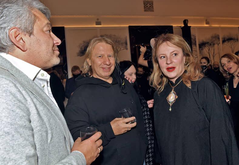 Композитор Виктор Дробыш (в центре) и художница Александра Вертинская на премьере фильма Ренаты Литвиновой «Северный ветер» в кинотеатре «Художественный»
