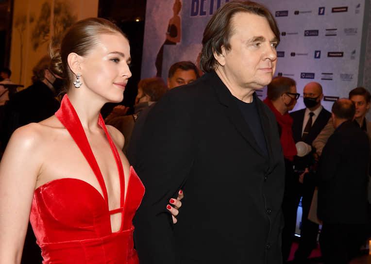 Генеральный директор «Первого канала» Константин Эрнст  и его супруга актриса Софья Эрнст на премьере фильма Ренаты Литвиновой «Северный ветер» в кинотеатре «Художественный»