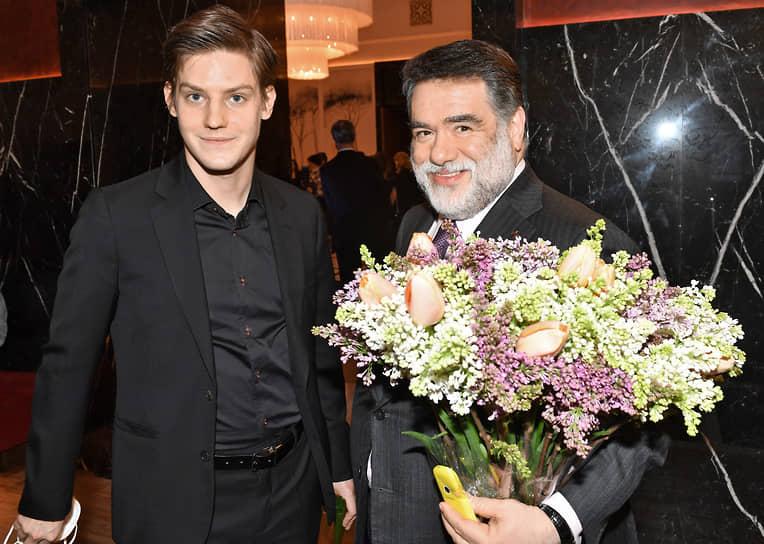 Председатель наблюдательного совета компании Bosco di Ciliegi Михаил Куснирович (справа) и актер Павел Табаков на премьере фильма Ренаты Литвиновой «Северный ветер» в кинотеатре «Художественный»