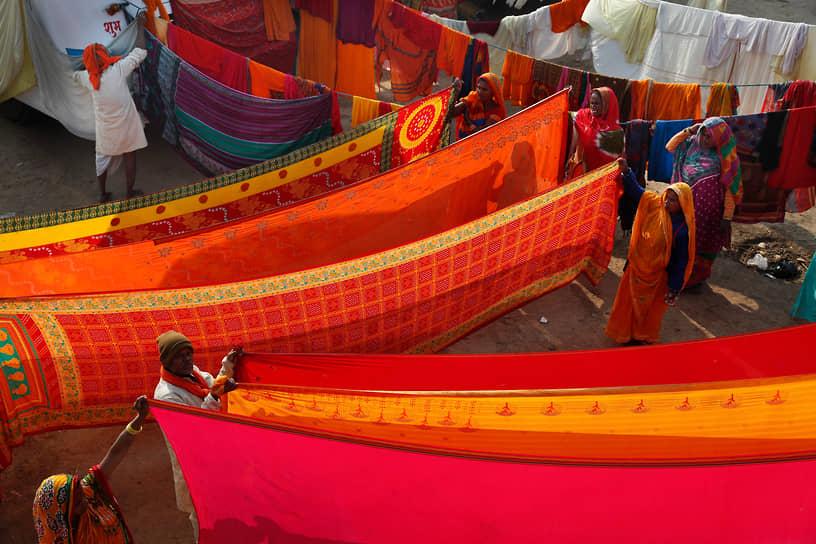 Праяградж, Индия. Индуистские паломники сушат одежду у слияния рек Джамна и Ганг