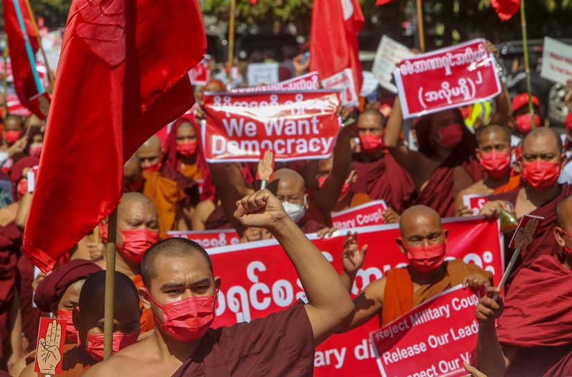 Мандалай, Мьянма. Буддийские монахи на акции против военного переворота