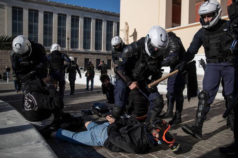 Афины, Греция. Столкновения полицейских и протестующих против реформы, которая позволит полиции патрулировать студенческие кампусы