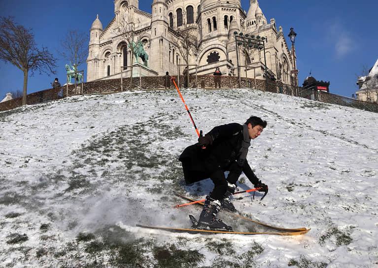Париж, Франция. Лыжная тренировка у базилики Сакре-Кёр