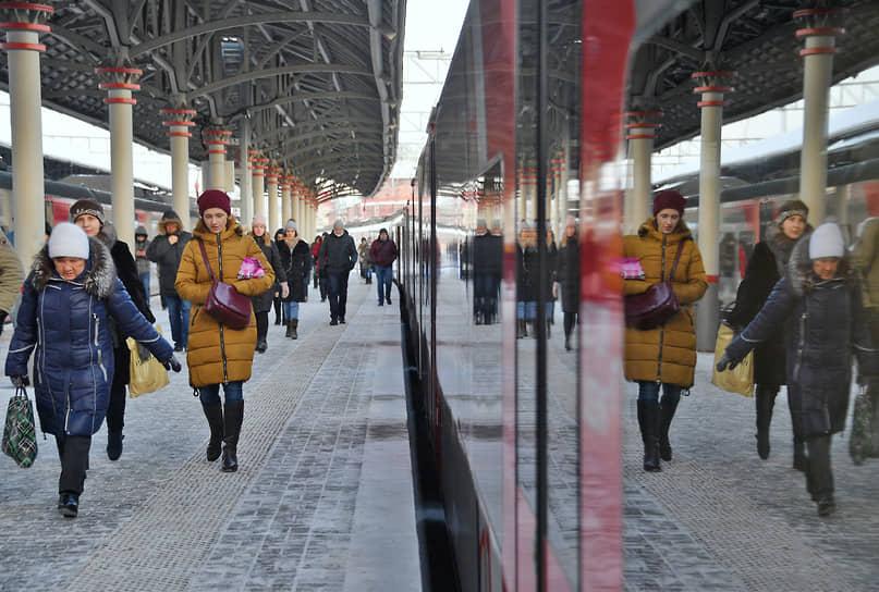 Москва. Пассажиры у пригородной электрички на Ленинградском вокзале