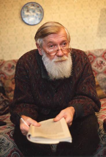 Андрей Синявский был освобожден досрочно — он провел в лагере шесть лет. В 1973 году писатель эмигрировал во Францию. Юлий Даниэль отбыл срок полностью и остался на родине. Работал сначала в Калуге, затем в Москве. Публиковался под псевдонимом «Ю. Петров». Писателей реабилитировали, но Юлий Даниэль до этого не дожил. Он скончался в 1988 году. Андрея Синявского не стало девять лет спустя — в 1997 году<br> На фото: писатель Андрей Синявский в 1990-е годы