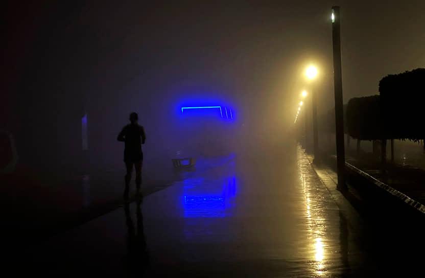Дубаи, ОАЭ. Мужчина бежит в густом тумане