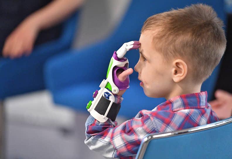 Тяговые протезы стоят около 120-130 тыс. руб., бионические — от 500-600 тыс. руб. до 1 млн руб. После установки протезов часть средств можно возместить с помощью государственных программ или благотворительных фондов