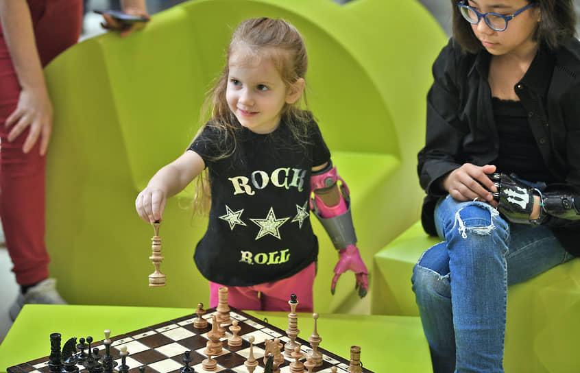 В перерыве на презентации можно было сыграть в шахматы или научиться кататься на скейтборде вместе с детьми с киберпротезами