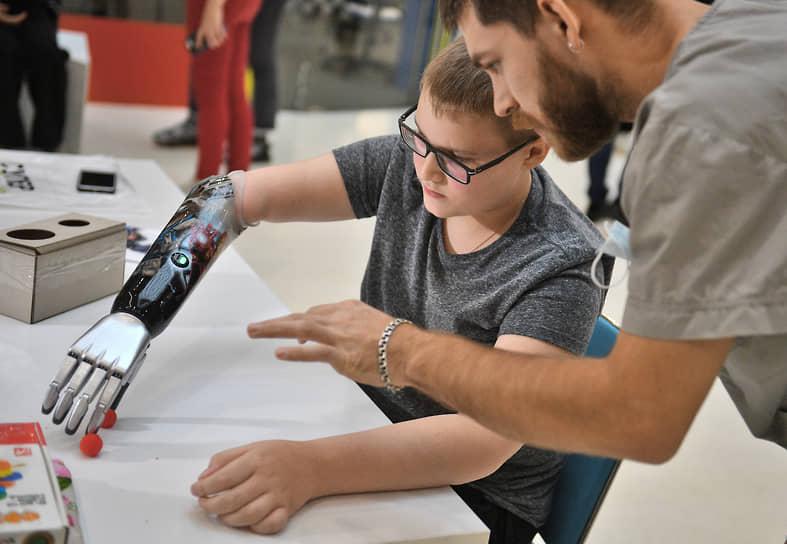 Мальчик с протезом, на котором изображен Железный человек и несколько персонажей из фильма «Стражи Галактики»