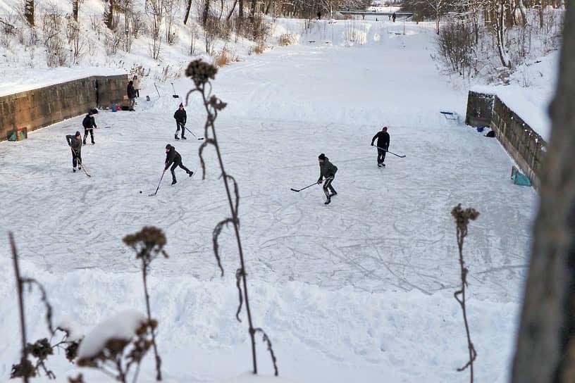 Шлиссельбург, Ленинградская область. Игра в хоккей