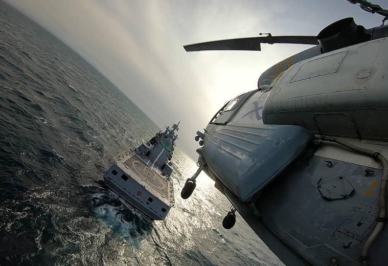 Черное море. Российский вертолет во время тренировки по взлетам и посадкам на фрегат «Адмирал Макаров»