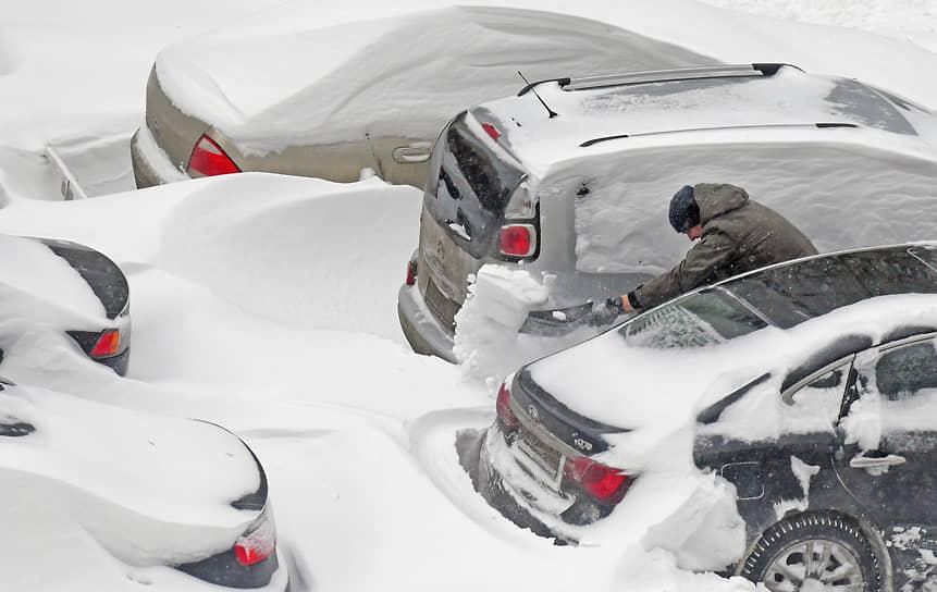 Москва. Автомобили после сильного снегопада