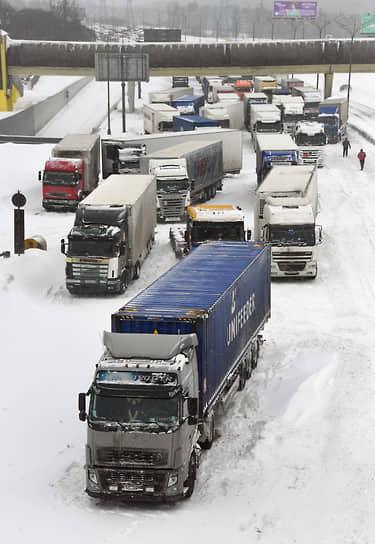 Москва. Большегрузные автомобили, застрявшие из-за снегопада