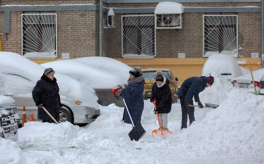 Горожане расчищают свой двор от снега