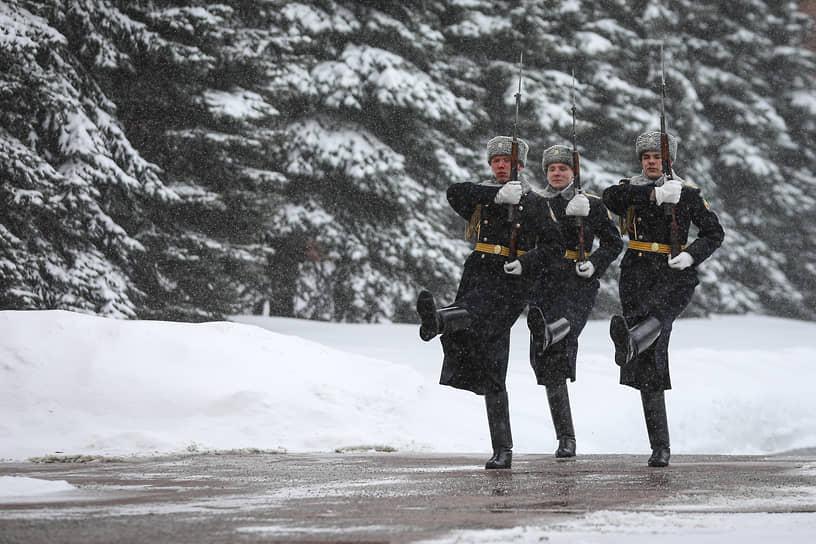 Военнослужащие Роты почетного караула во время смены у Могилы Неизвестного Солдата