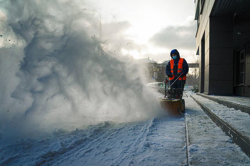 Сотрудник коммунальных служб во время уборки снега