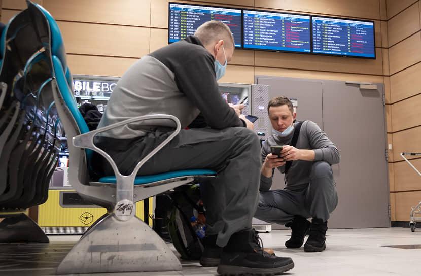 Пассажиры в зале ожидания аэропорта Домодедово