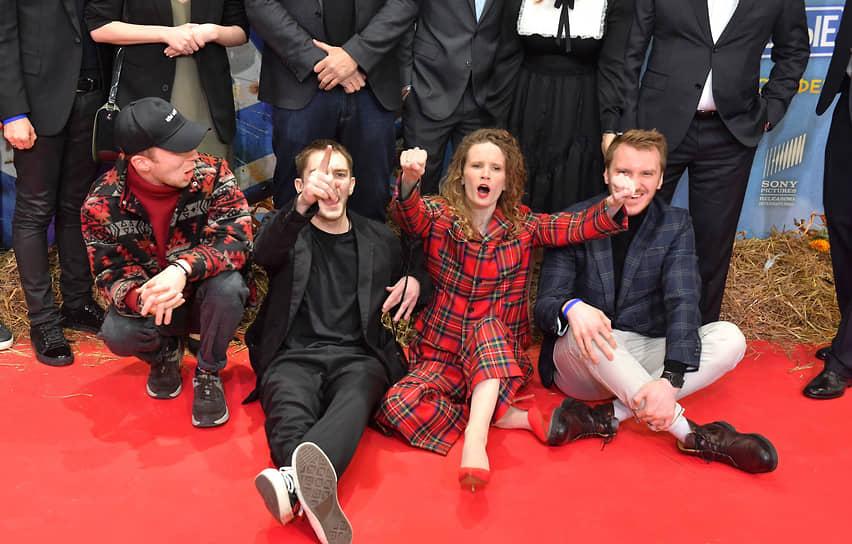 Слева направо: актеры Семен Трескунов и Никита Павленко, певица Монеточка и режиссер Илья Аксенов на премьере фильма «Родные»